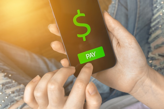 모바일 결제 개념, 무선 기술. 스마트폰 응용 프로그램으로 지불하고 쇼핑하는 여자. 디지털 송금, 은행 및 전자 상거래 개념 사진