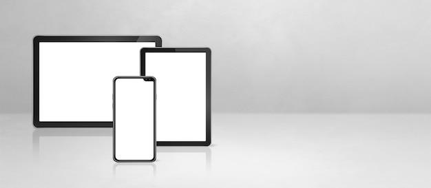 휴대 전화 및 흰색 콘크리트 사무실 책상에 디지털 태블릿 pc. 가로 배경 배너입니다. 3d 일러스트레이션