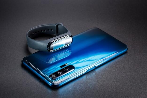 Мобильный телефон и фитнес-браслет