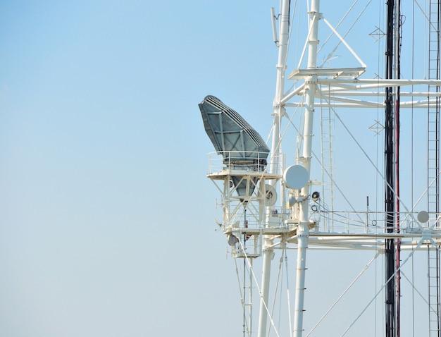 Башня антенны ретранслятора связи мобильного телефона в голубом небе