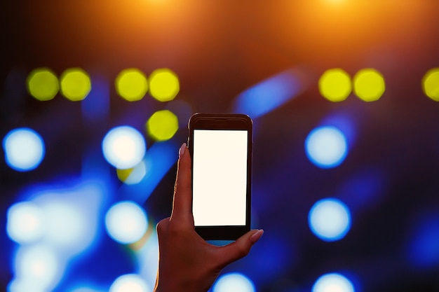 손에 휴대 전화입니다. 빈 빈 흰색 화면 모형입니다.