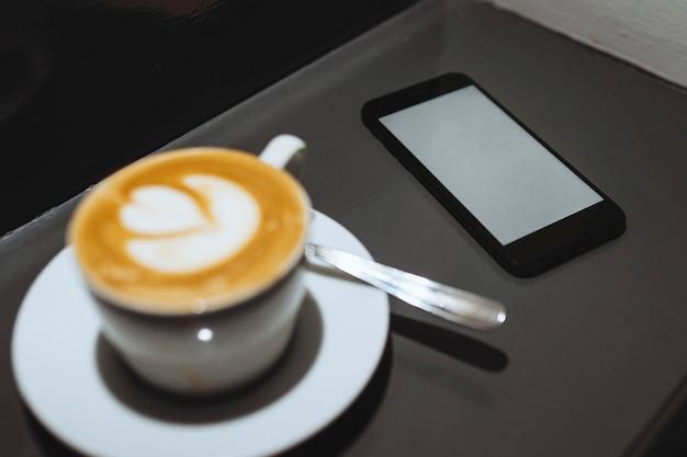 コーヒーカップによる携帯電話のモックアップ