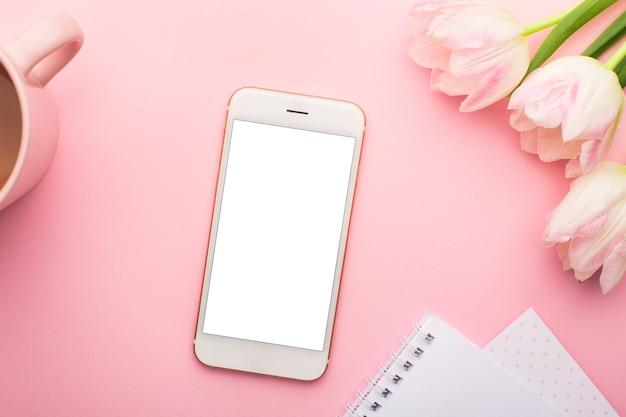 휴대 전화, 노트북 및 봄 꽃 핑크 튤립