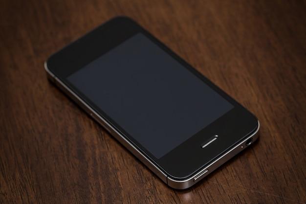 テーブルの上の携帯電話