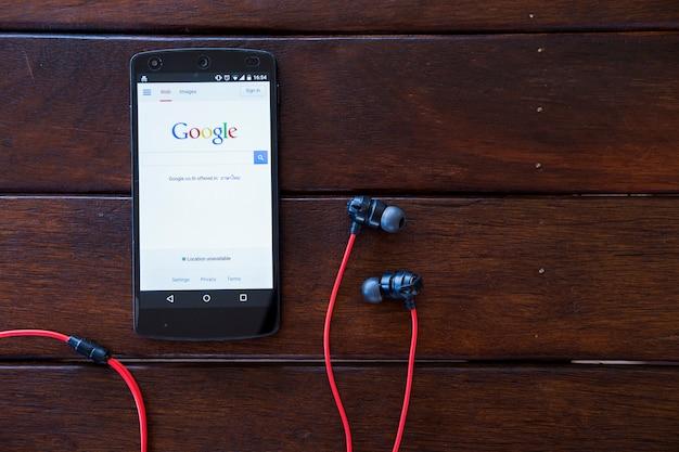Мобильный телефон на деревянном столе. Premium Фотографии