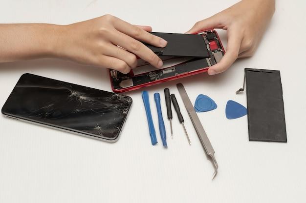 Техник по ремонту мобильных телефонов или смартфонов