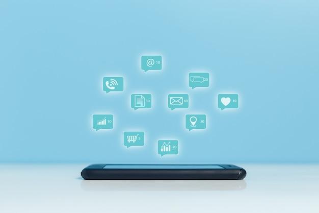 通知ソーシャルメディアアイコン、電子メール、ショッピング、電話、インターネットソーシャルコミュニケーションオンラインを備えた携帯電話またはスマートフォン。デジタルマーケティングの概念。