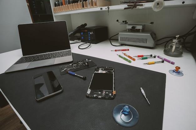 Стол мастерской по ремонту мобильных телефонов с запасными частями