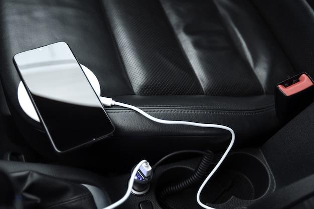 携帯電話、スマートフォンの充電バッテリー、車のプラグでの充電をクローズアップ