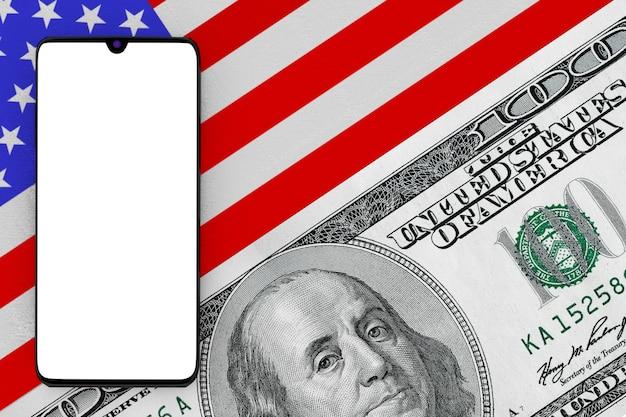 100달러짜리 지폐 극단적인 근접 촬영으로 미국 국기를 통해 디자인을 위한 빈 화면이 있는 휴대 전화. 3d 렌더링