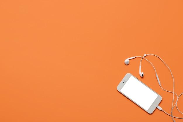 색상에 이어폰이 달린 휴대폰