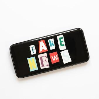 Мобильный экран с фальшивым новостным сообщением