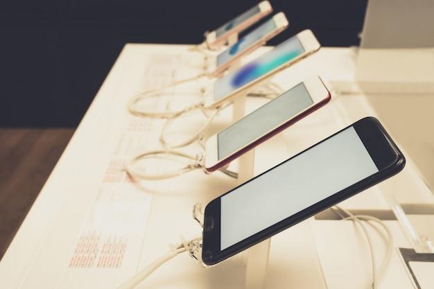 店内のモバイルスマートフォン