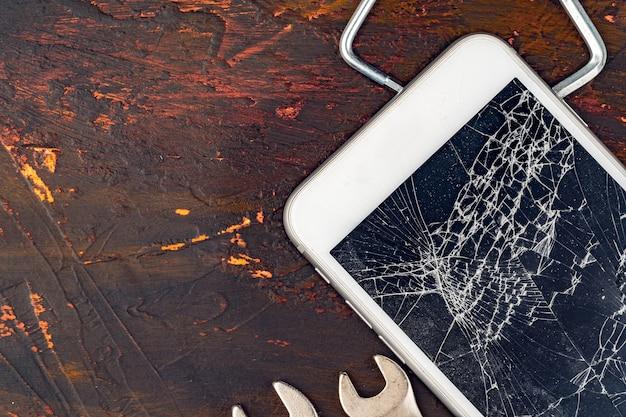 Мобильный смартфон с разбитым экраном крупным планом