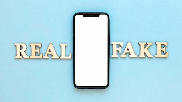 Cellulare con lettere di notizie false