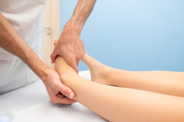 Mobilization of the ankle of a physiotherapist