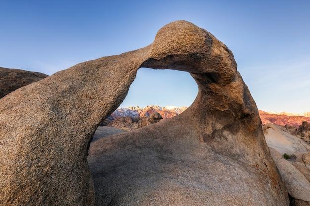알라바마 힐스, 동부 시에라 네바다 산맥, 론 파인, 캘리포니아, 미국에서 일출 론 파인보기에서 mobius 아치.