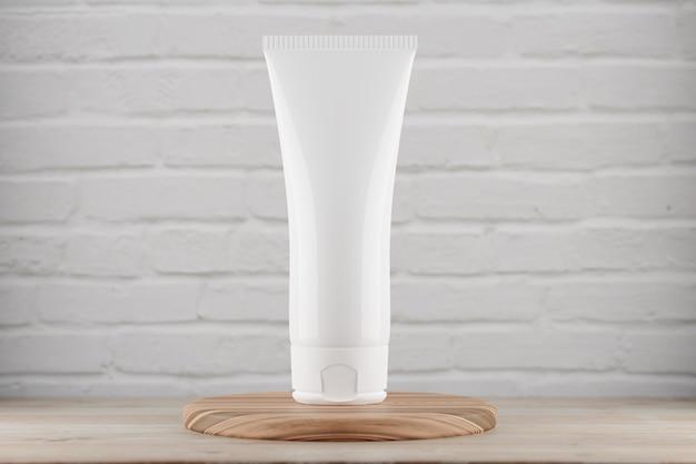 Косметическая трубка mocap стоит на деревянной подставке на фоне белой кирпичной стены. макет косметической трубки для вашего дизайна. 3d визуализация.