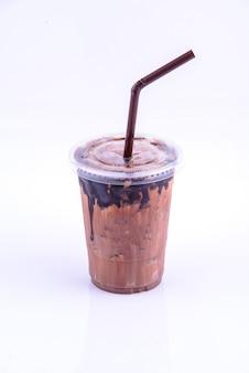 벽돌 벽 배경으로 여름을 위한 모카 커피 음료