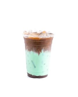 흰색 배경에 분리된 민트 시럽을 곁들인 모카 커피 라떼 마끼아또.