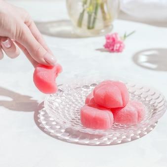 白いテーブルに餅ピンクの和菓子