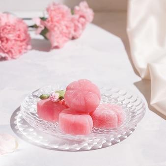 皿の白いテーブルに餅ピンク