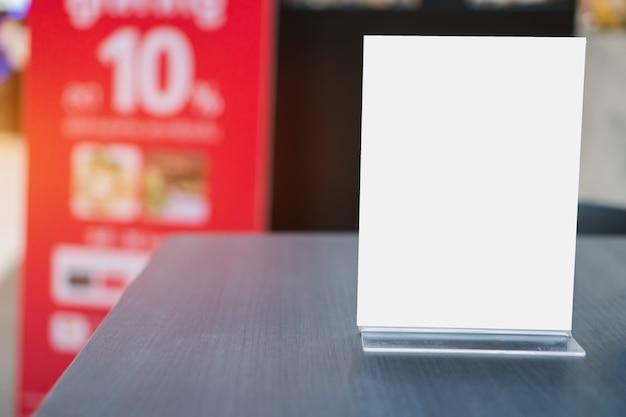 テーブルの上のアクリルフレームテンプレートフォームの背景のモックアップ
