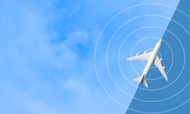 Макет самолета, летящего на голубом небе.