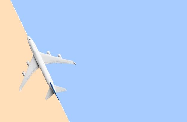 カラーパステルの背景で飛んでいる飛行機をモックアップします。