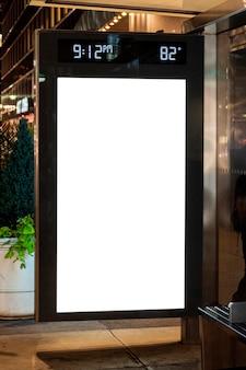 버스 정류장에서 모형 광고 판