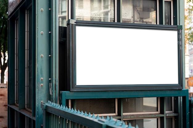 지하철 입구를 통해 모형 광고 판