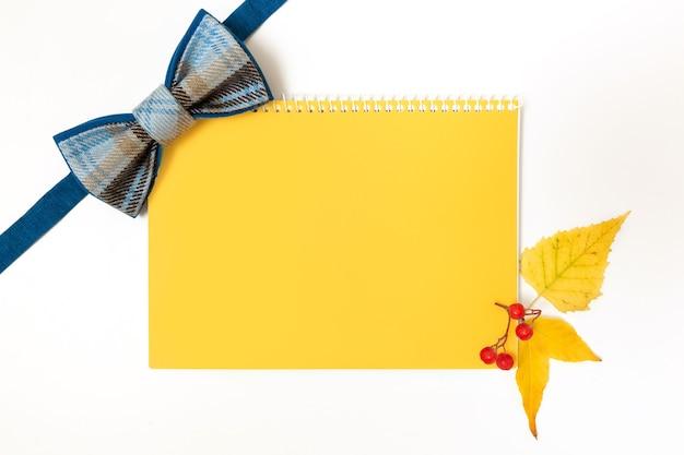 가을 테마-나비 넥타이, 노트북 및 노란 잎에 배너 또는 디자인에 대한 모형 빈.