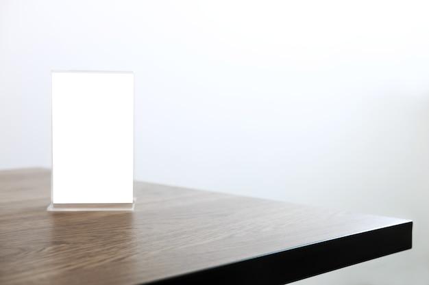 커피 숍 테이블에 빈 메뉴 프레임을 조롱하여 제품 디스플레이 텍스트