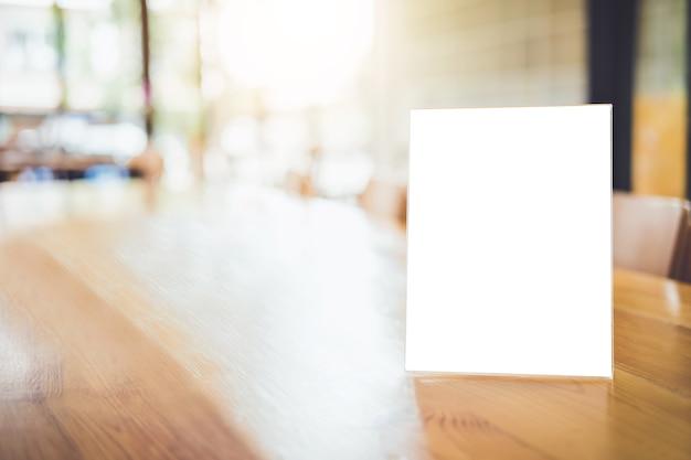 커피 숍에서 테이블에 빈 메뉴 프레임을 조롱