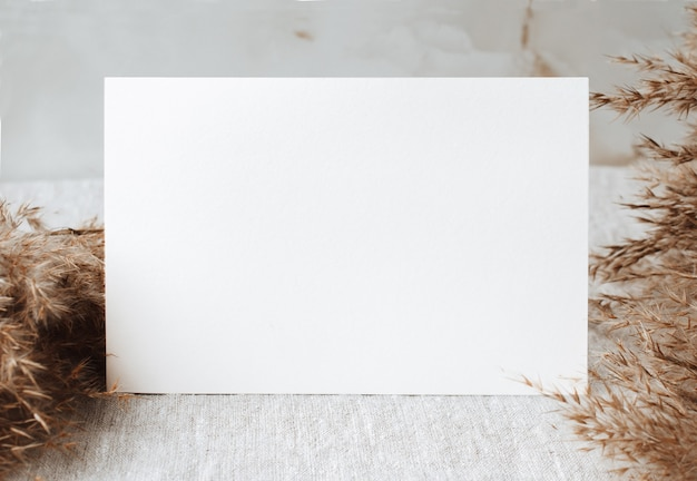 테이블에 빈 모의 회색 린넨 식탁보 패브릭 배경 홈 오피스 장식