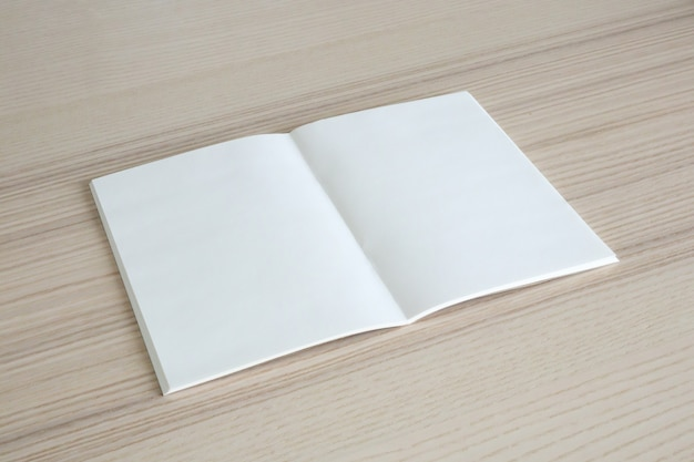 나무 테이블 배경에 빈 오픈 종이 책을 모의