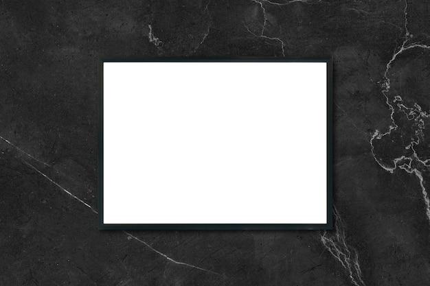 Макет пустой рамы для картин, висящих на черной мраморной стене в комнате, - может использоваться макет для отображения продукции и дизайна визуального макета.