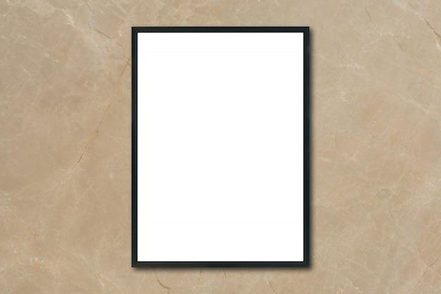 Макет пустой рамы для картин, висящих на коричневой мраморной стене в комнате, - можно использовать макет для отображения продукции и дизайна визуального макета.