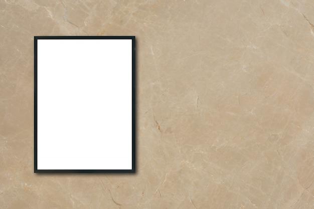 部屋の茶色の大理石の壁にぶら下がっている空白のポスターの額縁をモックアップする - モンタージュ製品の表示とデザインのキービジュアルレイアウトのモックアップに使用できます。