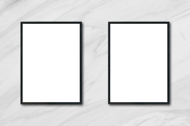 Макет пустой рамы для картин, висящих на белой мраморной стене в комнате, - может использоваться макет для отображения продукции и дизайна визуального макета.