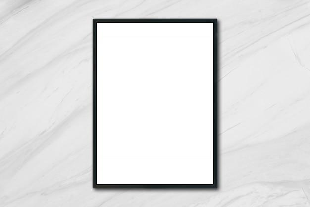 Макет пустой рамы для фоторамки, висящей на белой мраморной стене в комнате, - может использоваться макет для отображения продукции и дизайна визуального макета.
