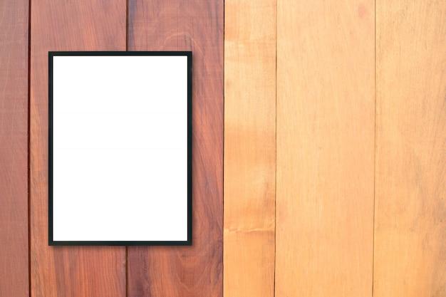 木製の壁に空白のポスター額縁をモックアップします。