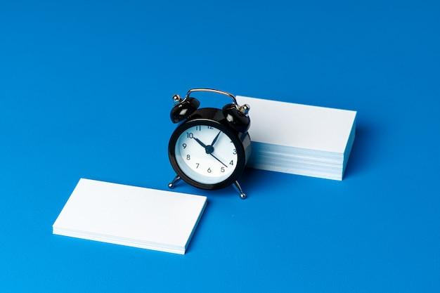 Макет визитка с черным будильником