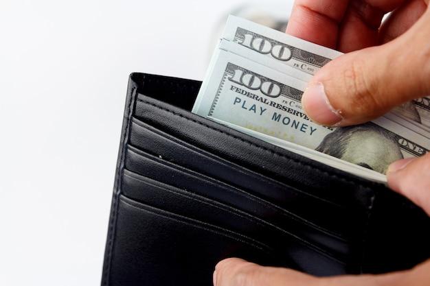 財布に現金をモックアップします。クローズアップハンドマンは財布からお金を手に入れます。
