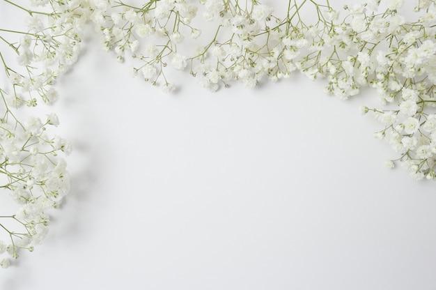 白い花の素朴なスタイルの構成をモックアップします。