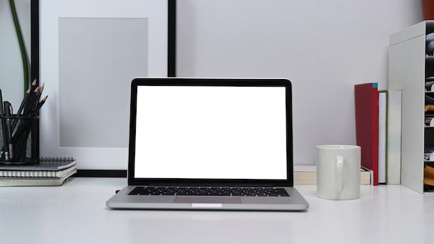 홈 오피스 책상에 빈 화면으로 컴퓨터 노트북을 모의.
