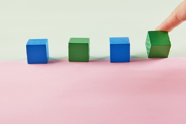 Мокап концепции года, рука поворачивает кубик и меняет значение