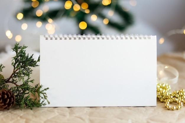 Макет копии пространства пустой спиральный календарь со сверкающим золотым боке новое дерево фон рождественские игрушки
