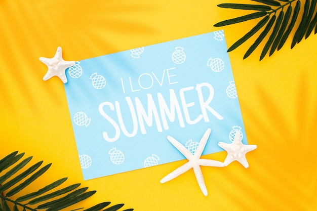 ヤシの葉と黄色の背景にヒトデの夏のコンセプトイメージのデザインをモックアップ