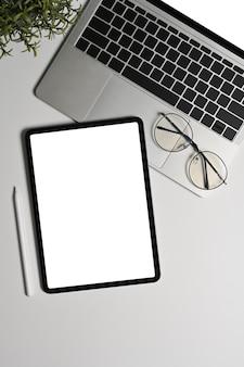 Копируйте цифровой планшет, портативный компьютер и очки на белом фоне.